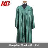 高校卒業の式服式帽の光沢がある深緑色