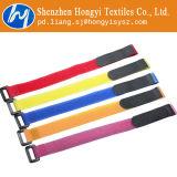 La atadura de cables del Velcro ata con correa a organizador de las cuerdas
