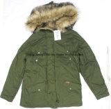 人の方法余暇の屋外のコートかジャケット