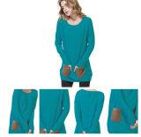 Le signore di colore solido hanno lavorato a maglia il maglione del cachemire