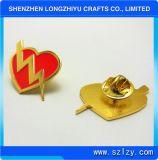 Le Pin en forme de coeur d'insigne en métal avec Shinny l'or plaqué pour le prix bon marché