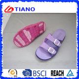 Le donne due cadute di vibrazione della spiaggia del sandalo del merletto si dirigono i pistoni (TNK24810)