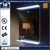 Noi specchio illuminato Backlit LED fissato al muro della stanza da bagno dell'hotel
