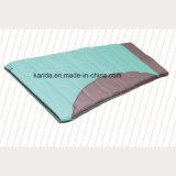 Le polyester enveloppent le sac de couchage campant