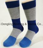 中国のソックスの工場綿のカスタムロゴの服の人のソックス