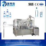 Máquina de rellenar automática llena del agua potable de la botella