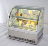 Contro piccolo frigorifero superiore della vetrina della torta