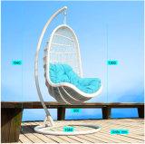 円形の藤(J807)が付いている現代余暇の柳細工の家具のハングの椅子