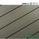 Decking ao ar livre plástico de madeira impermeável do composto WPC do preço do competidor