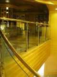 A escada espiral de madeira do aço inoxidável do projeto da forma pisa trilhos do Baluster