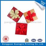 리본을%s 가진 돋을새김된 패턴 종이 엄밀한 선물 상자