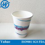 Tazas de papel disponibles para llevar de la bebida