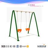 Kind-im Freienspielplatz-Schwingen-Spielplatz-lustige Spielplatz-Felder