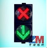 Cruz Roja y luz de indicador verde del carril de tráfico de la flecha