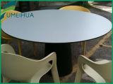商業屋外のテーブルの上の家具のレストランは使用した