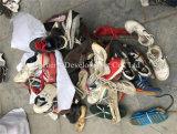 Zapatos usados emparejados mezclados