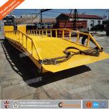 ローディングおよび容器の移動式ドックの傾斜路を荷を下すためのヤードの傾斜路