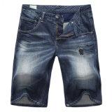 人はデニムのジーンのズボン細い適合のジーンズのズボンの穴の不足分の動悸をショートさせる