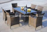 屋外の家具のダイニングテーブルセット