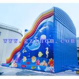 子供水プールが付いている巨大で膨脹可能な水スライドか膨脹可能な水スライド