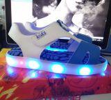 De kinderen vormen Zomer Heldere Sandals die Lichte LEIDENE Schoenen de opvlammen (tl67-1)