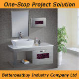 Установленный стеной шкаф ванной комнаты