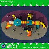 Kind-im Freienspiel-Park-Spielplatz-Gerät