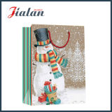 光沢のある薄板にされた塗被紙のクリスマスのスノーマンのショッピングギフトの紙袋