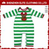 有機性綿のクリスマスの赤ん坊はロンパースに着せる