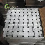 多数の白い大理石のモザイク・タイルは設計する