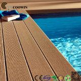 屋外の木製のプールのデッキの板