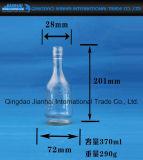 浮彫りにされたパターンが付いている円形の空のガラスワイン・ボトル