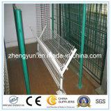 電流を通された鉄の金網か溶接された金網の塀