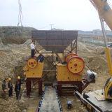Felsen-Golderz, das Maschinen-Kiefer-Brecheranlage zerquetscht