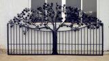 細工した自動滑走の塀の私道の装飾用の装飾的な鉄のゲート
