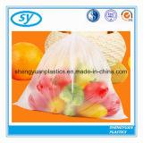 Sacchetti impaccanti della maglietta della verdura e della frutta del supermercato su rullo