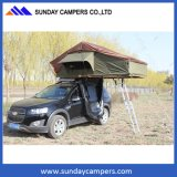 最新の現代新しいキャンプグループの屋根の上のテント