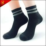 Abitudine variopinta dei calzini degli uomini sulle vendite