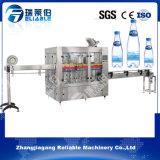 Машина автоматической питьевой воды разливая по бутылкам и заполняя завод