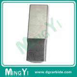Zoll, der Block Mnold mit Metalteilen lokalisierend stempelt