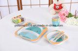Plastikkinder, die Platte gesetztes Bambusfaser-Essgeschirr führen