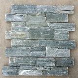 녹색 시멘트 위에 뒤를 가진 슬레이트에 의하여 겹쳐 쌓이는 돌