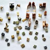 Il professionista produce il metallo di precisione che timbra la parte