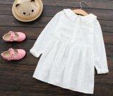 幼い子供の女の子の方法夏は麻布及び綿の白い服のまわりを回る