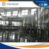 Agua de botella plástica mineral que hace la máquina