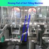 Máquina de rellenar de la bebida carbónica en la botella de cristal