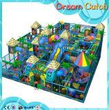 Campo de jogos interno do jogo macio das crianças do tema da selva com mais amor dos povos
