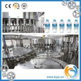 Spremuta della bottiglia dell'animale domestico che riempie la linea di produzione completa