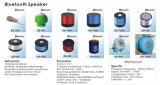 Bewegliche Hände geben MiniBluetooth Lautsprecher mit kundenspezifischem Firmenzeichen für freie Probe frei