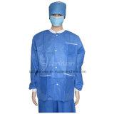 뜨개질을 한 팔목 및 고리를 가진 파란 재킷 실험실 외투